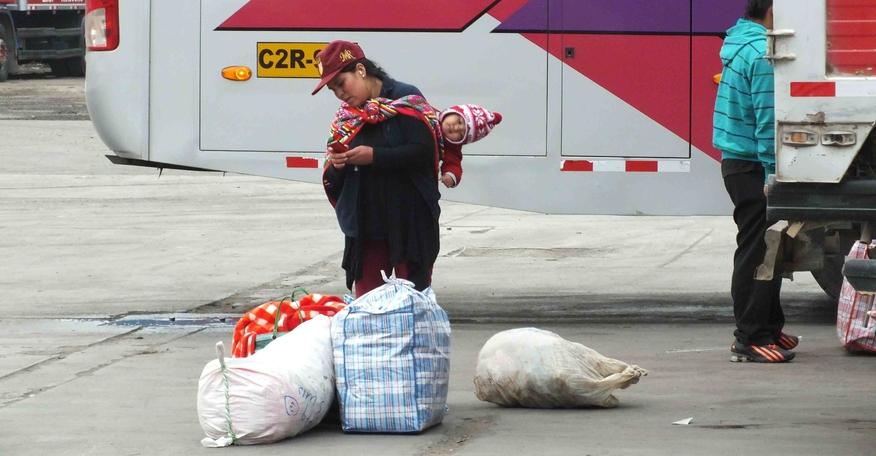 Reisende am Busbahnhof
