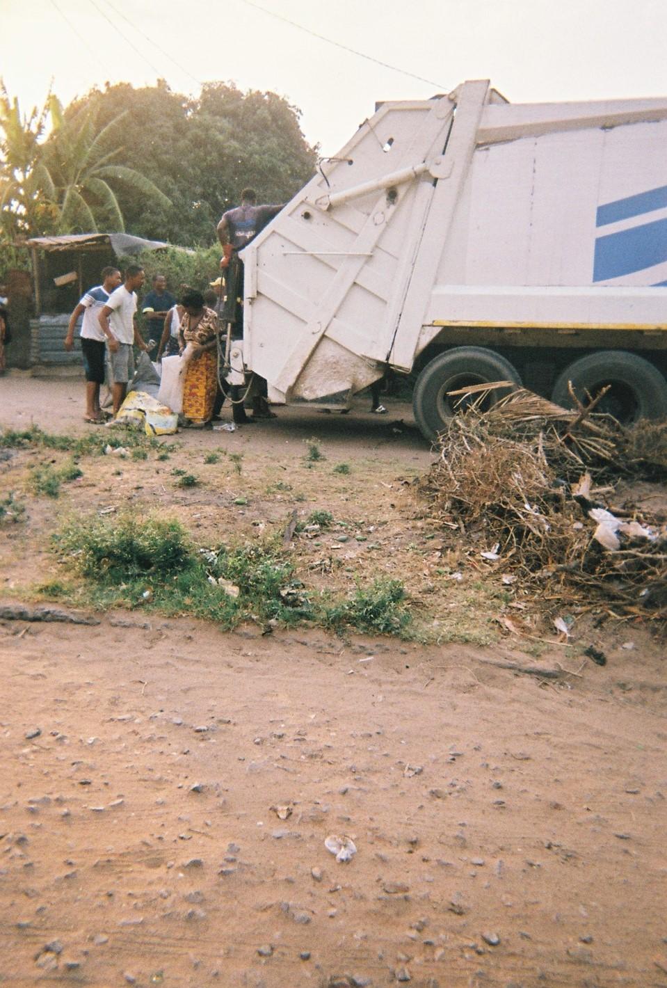 Leute säubern ihre Umgebung und schmeißen den Müll anderer Menschen in den Müllwagen. Das bedeutet: Sicherheit.