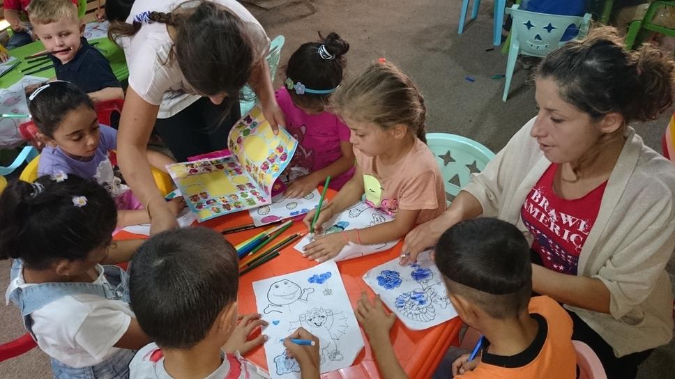 Intensive Betreuung: Beim Malen können die Kinder ihre schrecklichen Erlebnisse vergessen