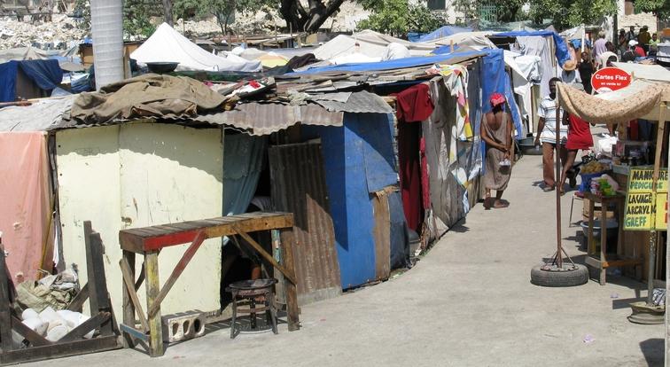 Auf engstem Raum zusammengepfercht: In den improvisierten Zeltstädten waren Kinder besonders gefährdet, Opfer von sexuellem Missbrauch oder Kinderhandel zu werden.