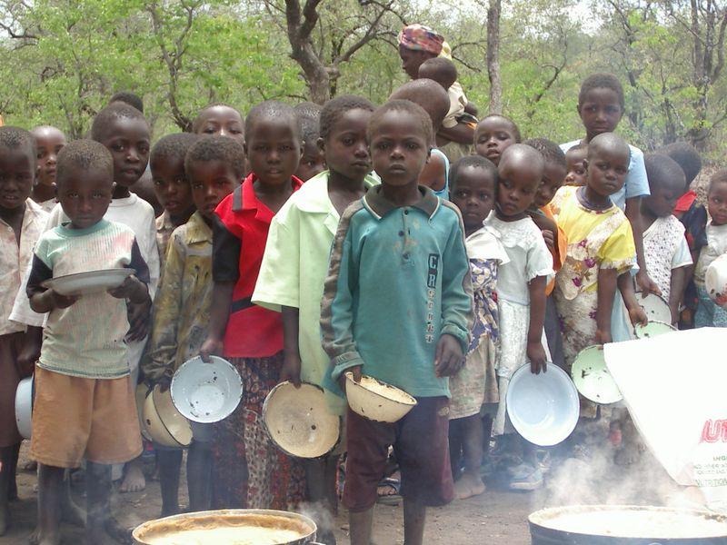 Kinder müssen mit Lebensmitteln versorgt werden