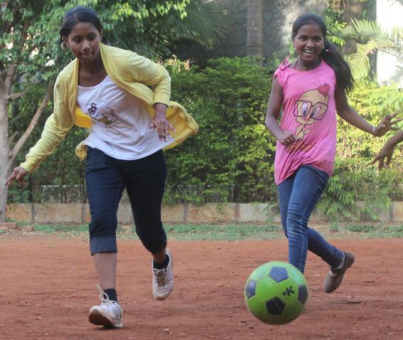 Mit Eifer dabei: Indische Mädchen beim Fuballspielen