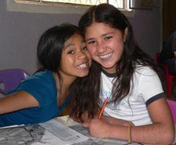 Mädchen sitzen in der Schule und holen versäumten Lehrstoff nach