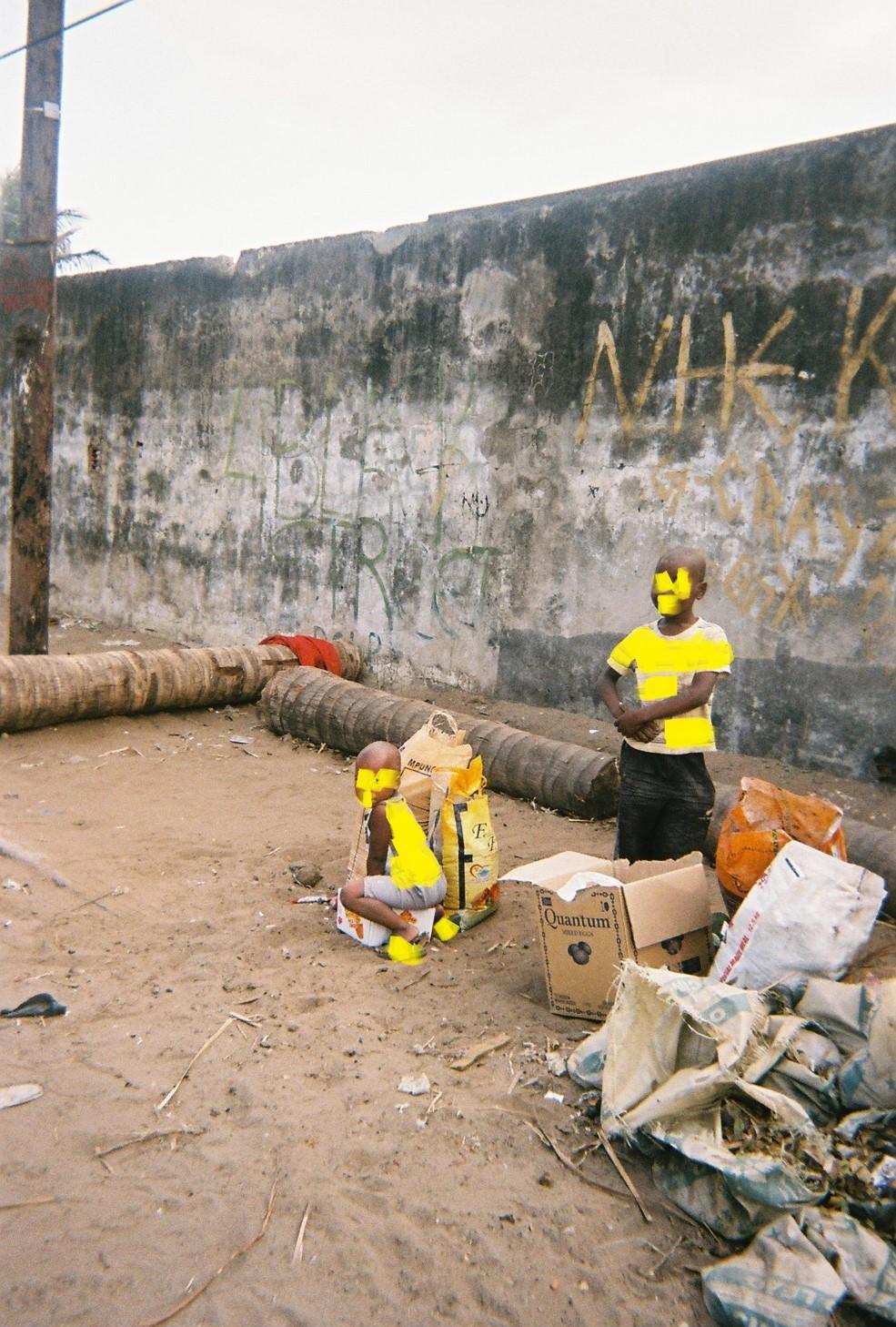 Zwei Kinder neben einem Müllhaufen. Müll kann Krankheiten übertragen. Das ist ein unsicherer Ort.
