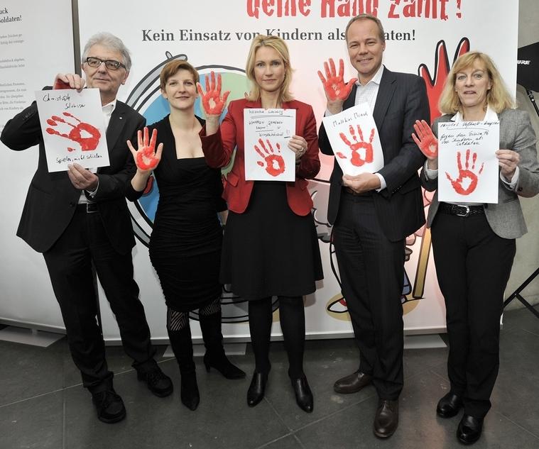 Bundesministerin Manuela Schwesig (Mitte) unterstützte die Aktion Rote Hand