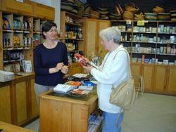 Gespräch zwischen Kundin und Verkäuferin in einem Bio-Laden