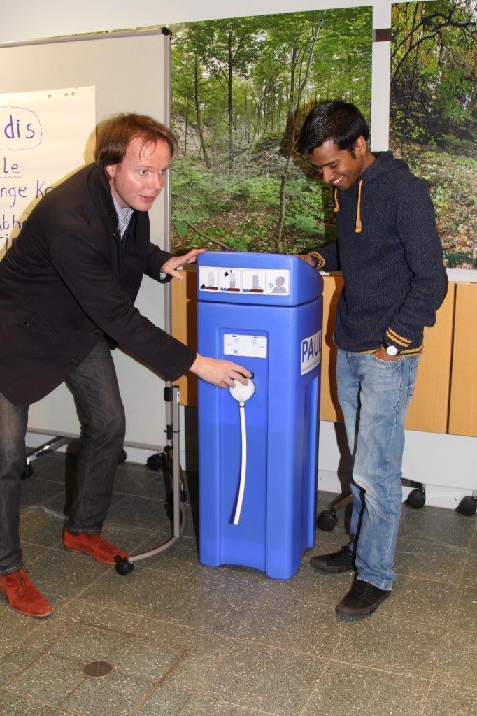 Der Wasserrucksack Paul filtert verschmutztes Wasser zu Trinkwasser.