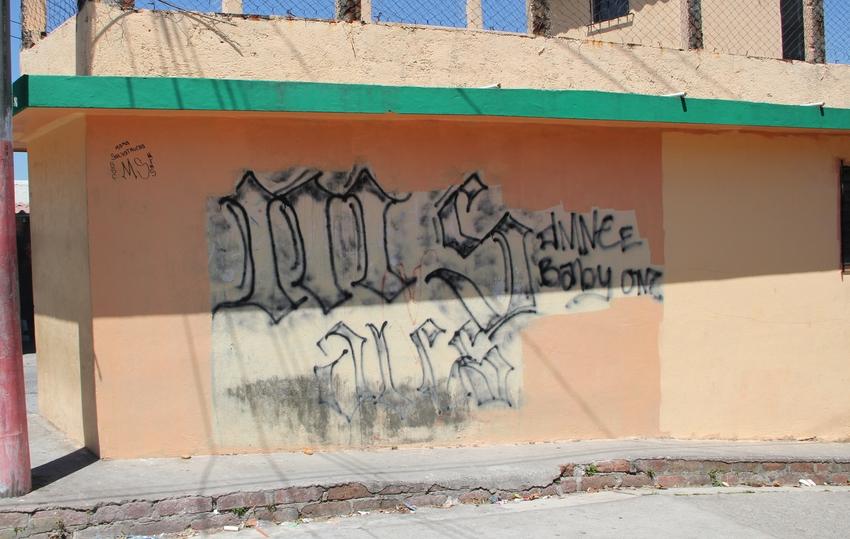 Mara Salvatrucha: Mit Graffiti markieren die Mara ihre Reviere - (c) R. WIllinger/terre des hommes